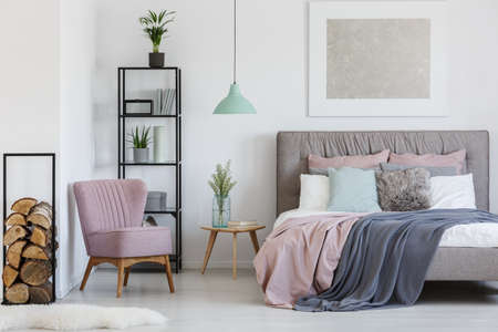 十代の少女の部屋の隅に置かれたピンクの快適なアームチェア