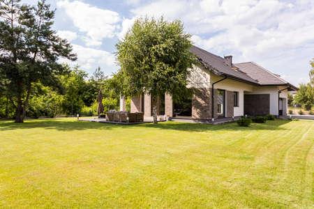 Grande maison indépendante dans la banlieue avec grand jardin verdoyant Banque d'images - 83335319