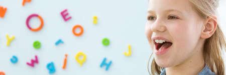 Gelukkig, lachend kind leren correcte uitspraak - panorama met kopie ruimte Stockfoto