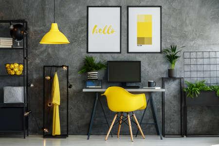 工業用ロフト スタイルのアパートメントの黄色灰色の部屋インテリアのインスピレーション