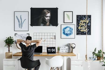 Geräumiges, weißes Büro im modernen, stilvollen Zuhause Standard-Bild - 86103102