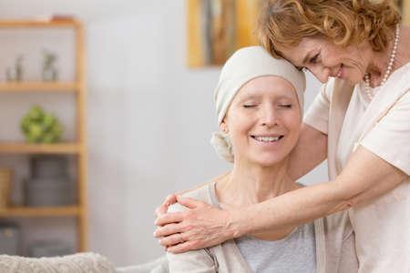 Ltere Frau, die ihrem Freund hilft, an Krebs zu leiden Standard-Bild - 83344248
