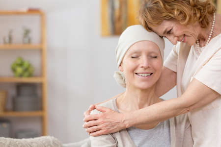 Senior vrouw die haar vriend lijdt aan kanker
