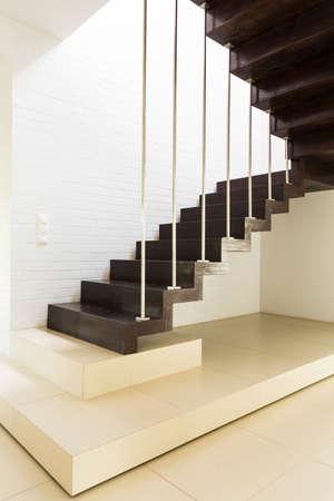 Escalier avec le ciment blanc et escaliers en bois foncé Banque d'images - 83344322