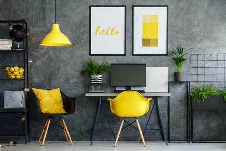 Area ufficio in interni contemporanei con decori gialli e mobili moderni Archivio Fotografico - 83344325