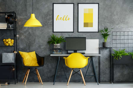 Kantoorruimte in een modern interieur met gele inrichting en moderne meubels Stockfoto