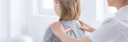 Fysiotherapeut die houdingsdefecten van meisje onderzoeken