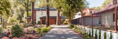 아름 다운 큰 정원을 통해 현대 집 돌 통로