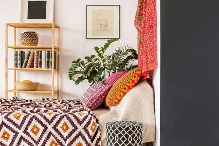 インド スタイルで温かく居心地の良いベッドルーム