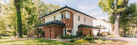 큰 녹색 정원이있는 거대한 현대 흰색과 구리 집