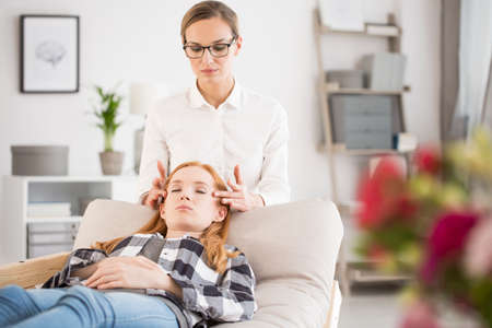 ストレス概念、マッサージのテクニックを使用してストレス解消するセラピストを減らすストレス リリーフのためのマッサージ治療中に女性患者
