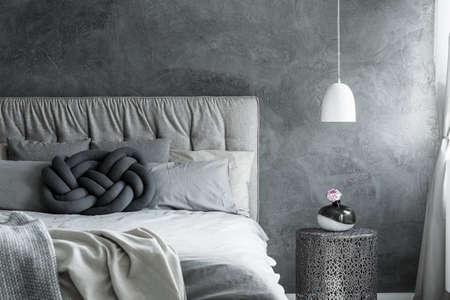 close-up de chambre à coucher minimaliste avec gris coussin à facettes gris