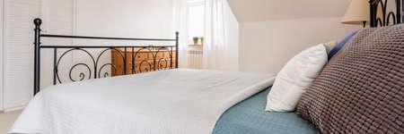 素敵な明るい寝室の金属フレーム ダブル ベッド