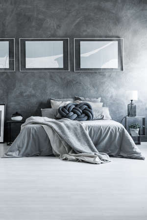 Gray cotton bedding and pillowcases in cozy king-size bed apartment Imagens