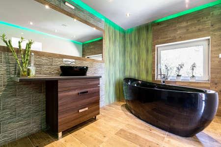 Moderne badkamer met houten wanden en raam Stockfoto