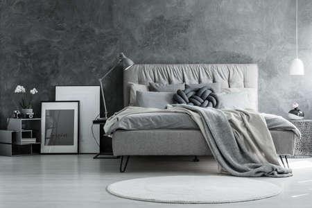 灰色の設計、コンクリート壁とモダンな家具とロフト スタイルのベッドルーム