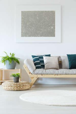 흰 벽, 실물 그림, 식물, 나무 소파 및 장식 베개와 자연 최소한의 집 장식 스톡 콘텐츠