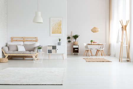 White spacious apartment with minimalist nordic living room 版權商用圖片 - 84010547