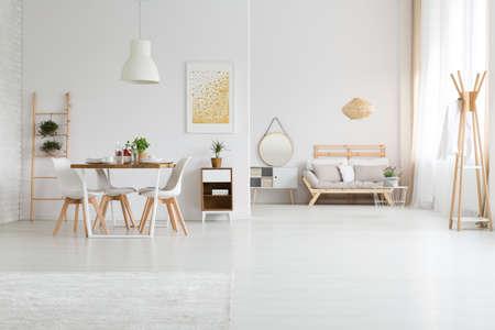 トレンディなダイニングと白い lagom スタイルのリビング ルームの設計