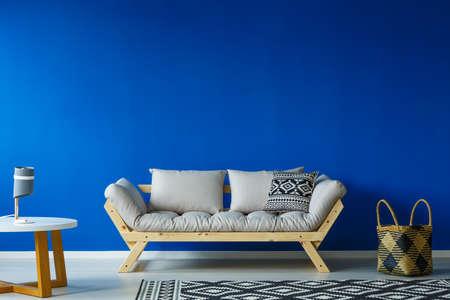 Sac à roulettes élégant dans le salon au design scandinave moderne avec mobilier Banque d'images - 84010884