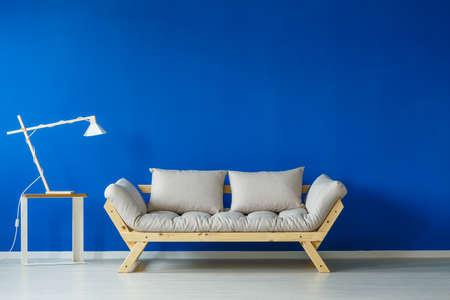 モダンなランプと青北欧スタイル リビング ルームのソファ 写真素材