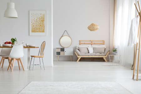 Mening van trendy lagom binnenlands ontwerp in wit Stockfoto