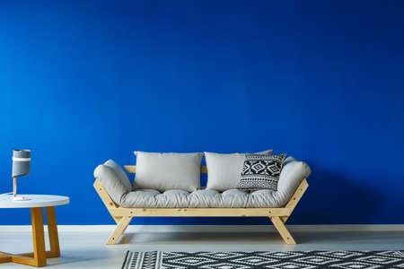 Sala de día de diseño minimalista con muebles modernos y una alfombra grande estampada Foto de archivo - 84011293