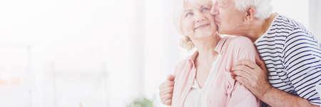 幸せの古い妻を頬にキス感謝の年配の男性 写真素材