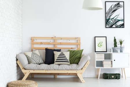 白のアパートで装飾的なパターンとトレンディなリビング ルーム装飾 写真素材