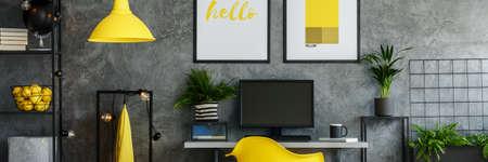 Donkere kantoorruimte met planten en gele elementen Stockfoto