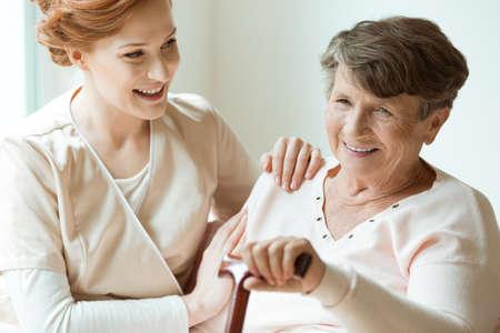 看護師として働いており、無効になっているおばあちゃんの世話白人の孫娘 写真素材