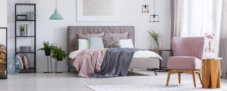 Vintage möbel weiss rosa  Vintage-Möbel In Einem Gemütlichen Schlafzimmer Mit Einem Kingsize ...