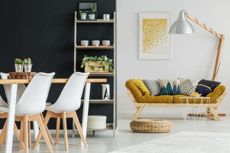 Open ruimte met ontworpen meubilair en zwart-witte muren