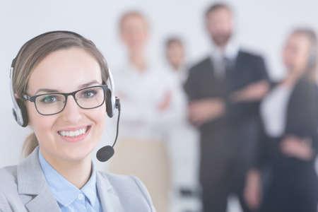 예쁜 사업가 사무실에서 헤드셋을 착용 스톡 콘텐츠