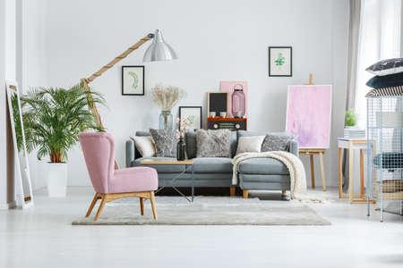Plante en pot blanc et miroir dans le salon avec mobilier vintage et lampe de designer Banque d'images - 84587753