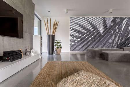큰 추상 회화와 현대 방의 인테리어