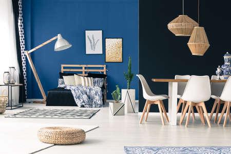 アパートメント ベッドルーム共用テーブル、木製家具、深いシアン壁付け 写真素材