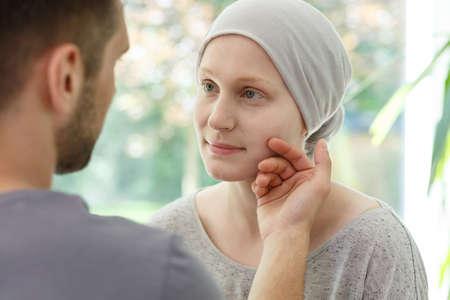 夫が彼女の癌をサポート病気の妻の顔をなでる再発します。