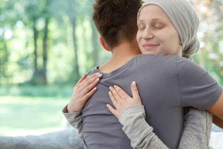 脳腫瘍に対する成功した治療後は病気の妻抱き夫