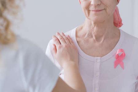Mother and daughter expressing intergenerational breast cancer awareness Standard-Bild