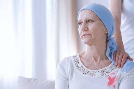 Droge kanker vrouw met hoofddoek roze lint op de borst dragen