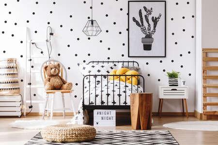 테디 베어 scandi 카펫에 pouf와 아이 방에 노란 베개와 침대 옆에 의자에 스톡 콘텐츠