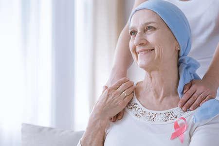 Lachende vrouw in bovenkant met roze lint van borstkanker voorlichting Stockfoto