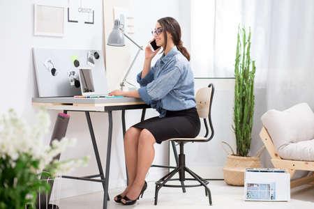 Sourire affaires conversation téléphone séance chaise bureau