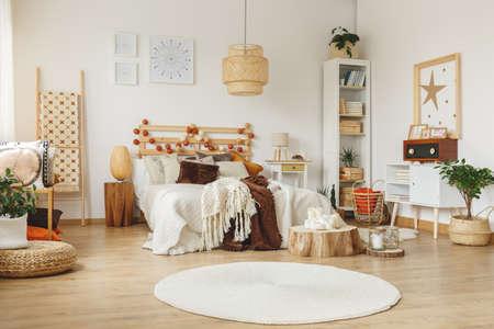 Carteles con patrones colgando de la pared en un dormitorio Foto de archivo - 85278868