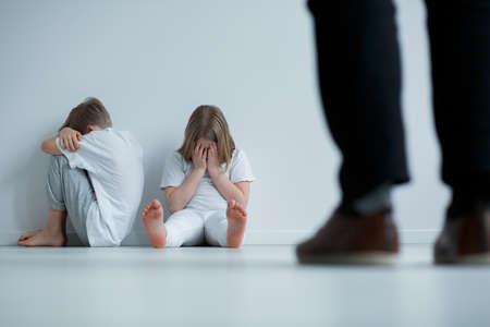 Niños víctimas de burla, culpa, abuso verbal y crítica Foto de archivo - 85610473