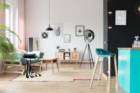 Holztisch Im Geräumigen Monochromatischen Wohnzimmer Mit Sofa Und ...