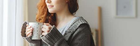 熱いお茶を飲むカーディガンで若い女の子のクローズ アップ 写真素材 - 87104307