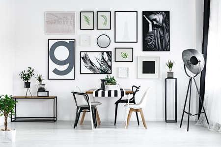 植物とモダンな白と黒の椅子と木製のテーブル ルーム 写真素材