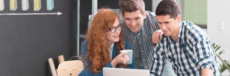 Jongeren die vrijetijdskleding dragen die in creatief bureau samenwerken
